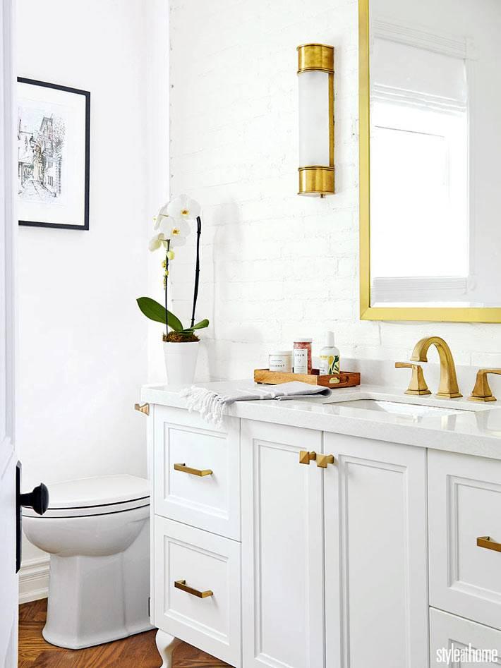 белое пространство ванной комнаты с латунной фурнитурой