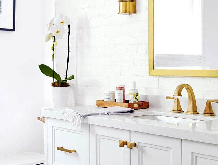 зеркало в золотистой раме для ванной комнаты фото