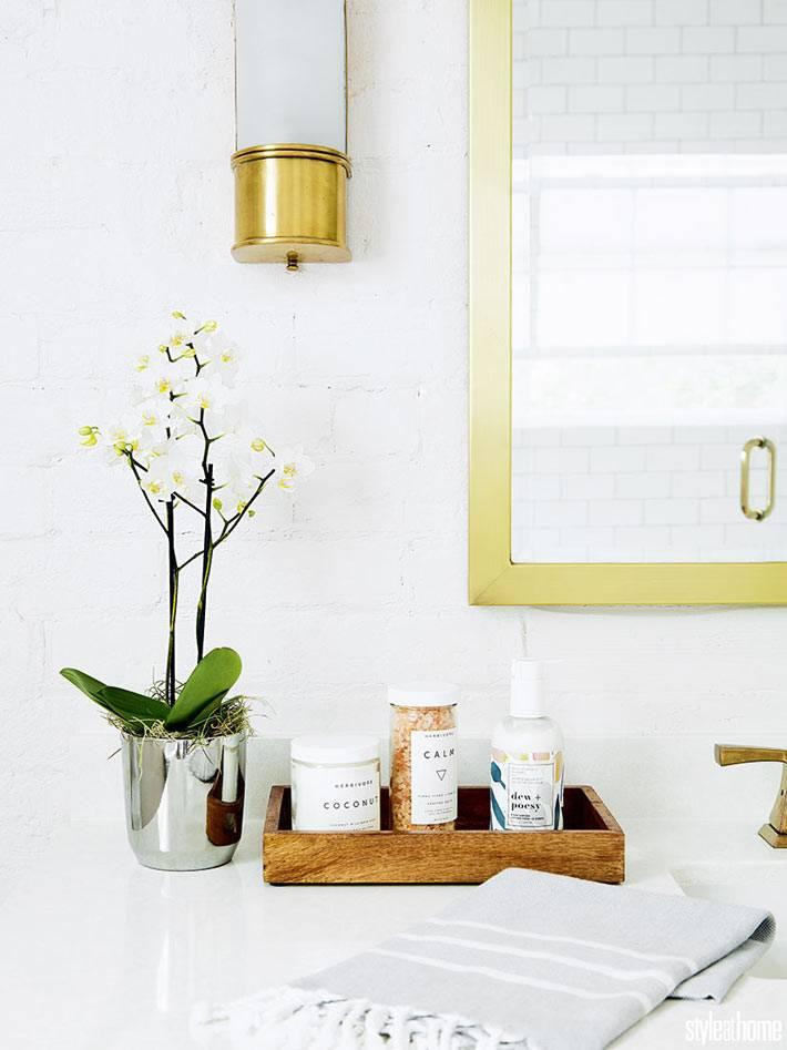 орхидея в горшке и деревянный ящик в декоре ванной комнаты