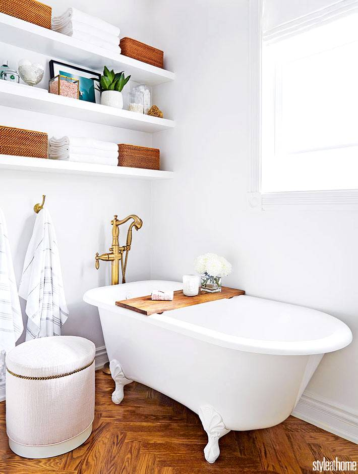 пуфик и бела ванная на ножках, открытые полки в ванной фото