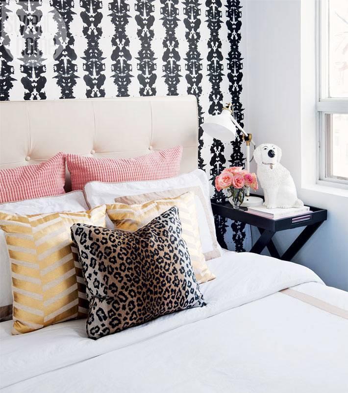 обои с черно-белым рисунком и много подушек в спальне для девочки