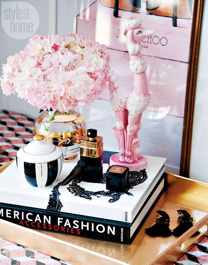 статуэтка розовый пудель, цветы и духи - атрибуты девичьей комнаты