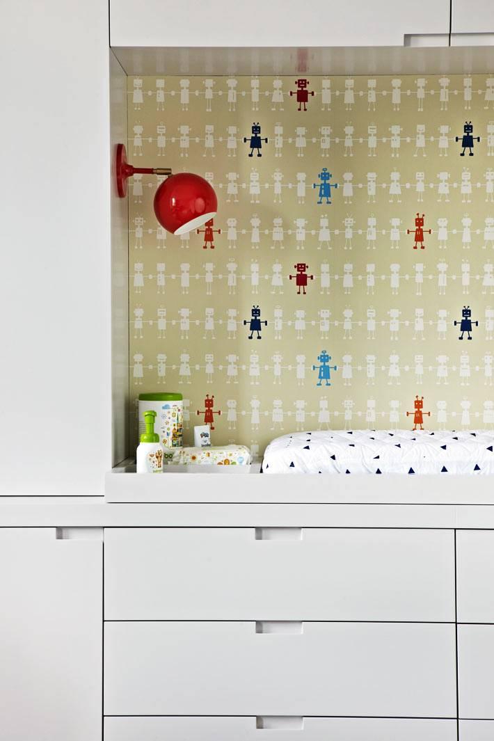 пеленальный столик для малыша в нише шкафа фото