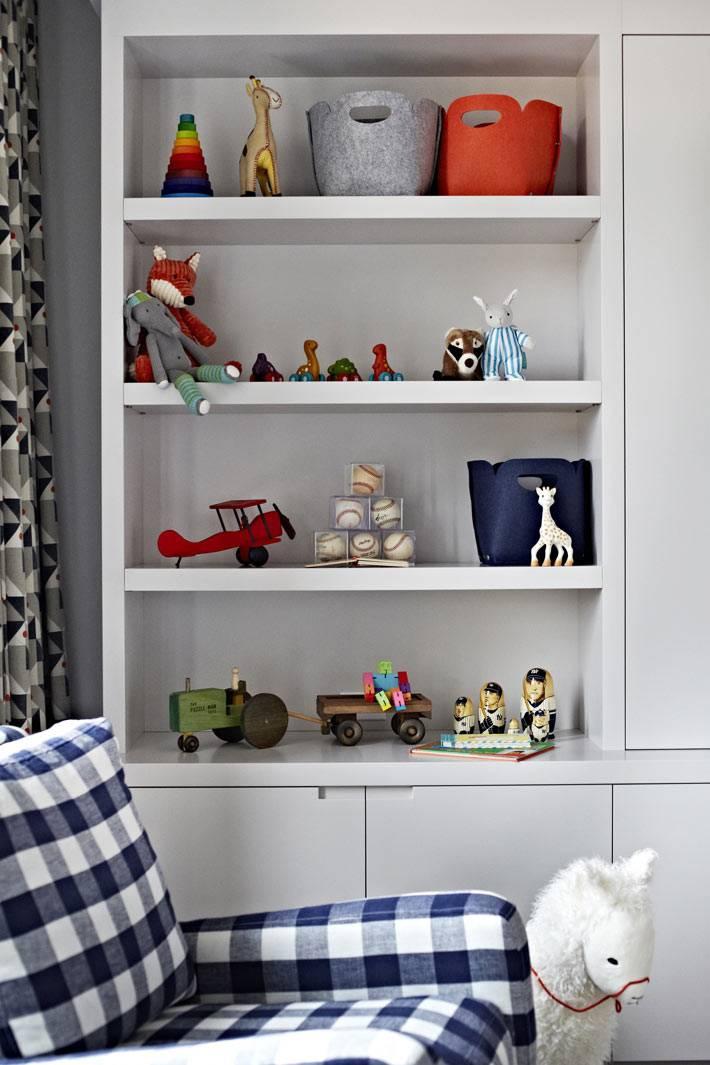 открытые полки шкафа для детских игрушек и корзин