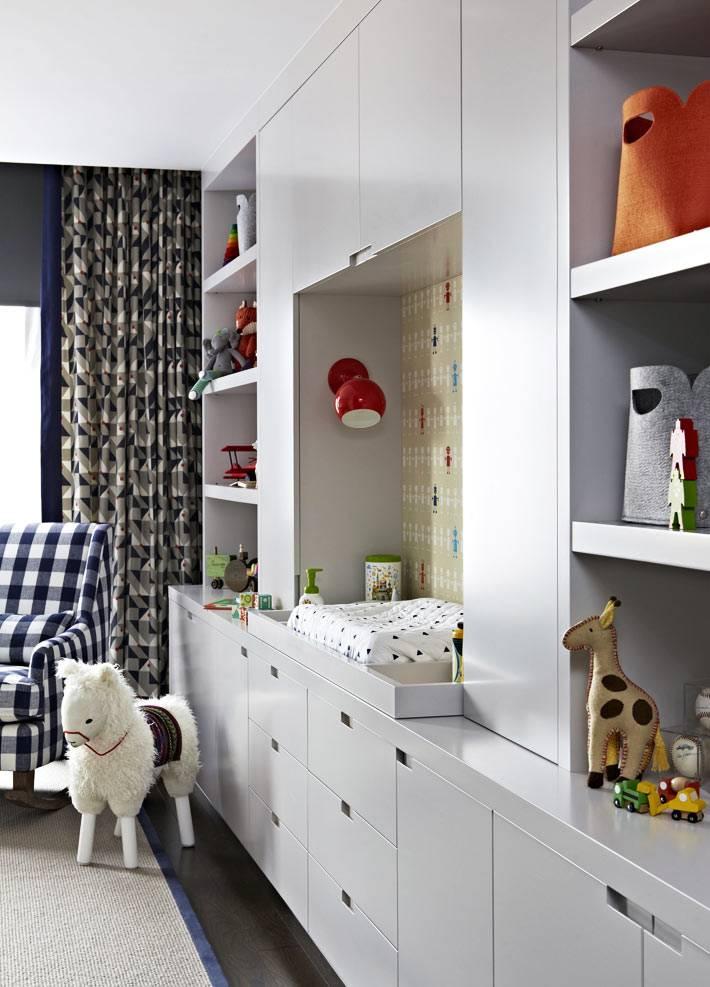 большой встроенный шкаф белого цвета в детской комнате