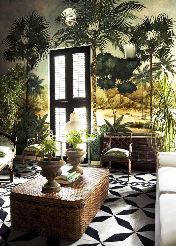 плетёный журнальный стол и красивая роспись стен в доме