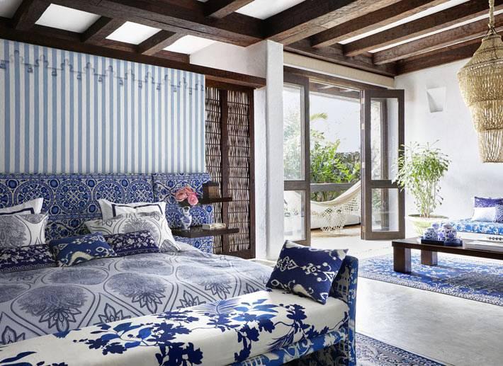спальня в бело-голубых цветах в марокканском стиле