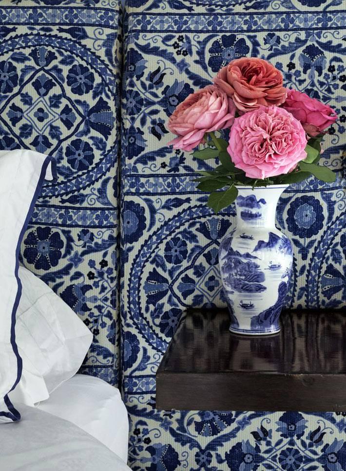 сине-белая роспись гжель в дизайне красивой спальни