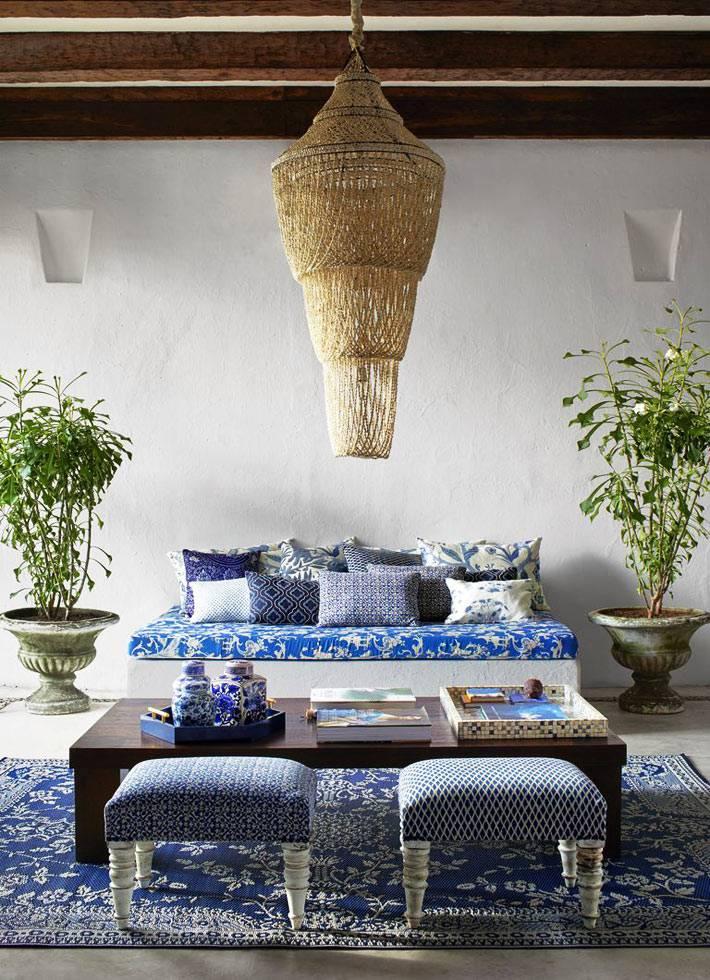 кофейный столик и две оттоманки в интерьере спальни