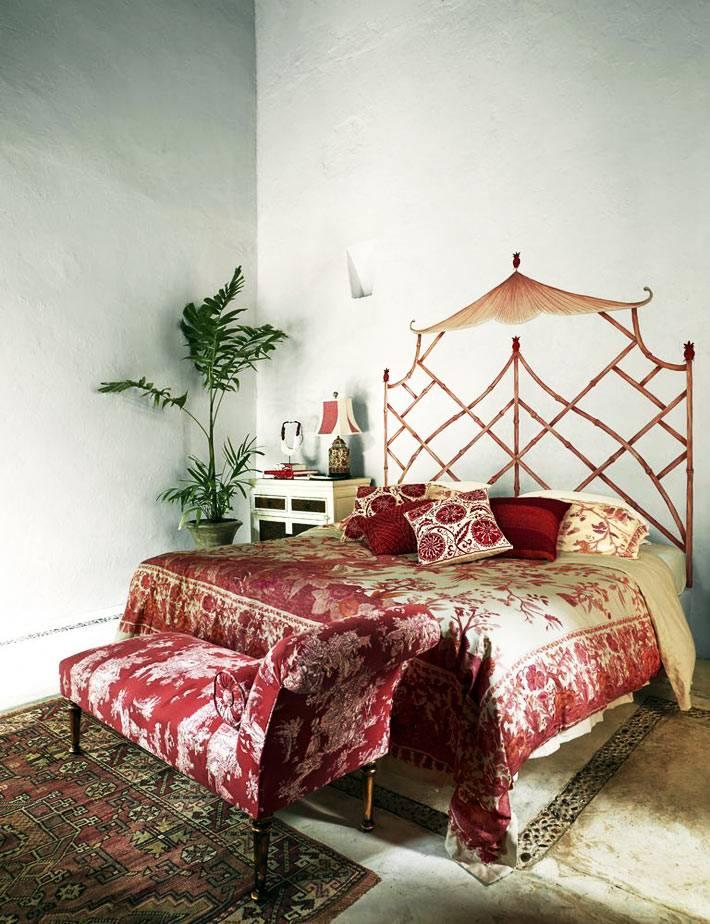 постельное белье красного цвета и нарисованое изголовье кровати
