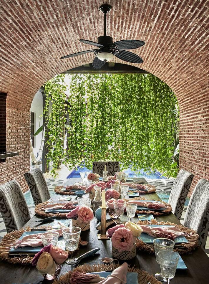 обеденный стол под кирпичным арочным сводом