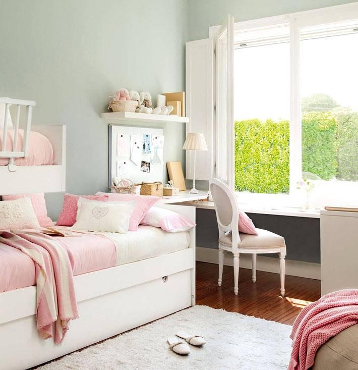 стена мятного цвета и блая мебель для детской фото