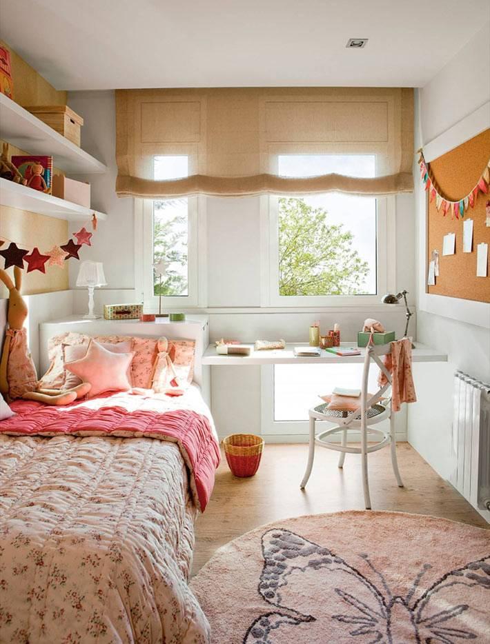 маленькая уютная детская комната с римской шторой на окне