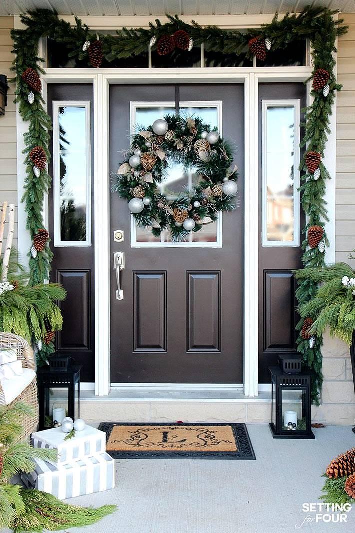 Новогоднее оформление входной двери елочными гирляндами