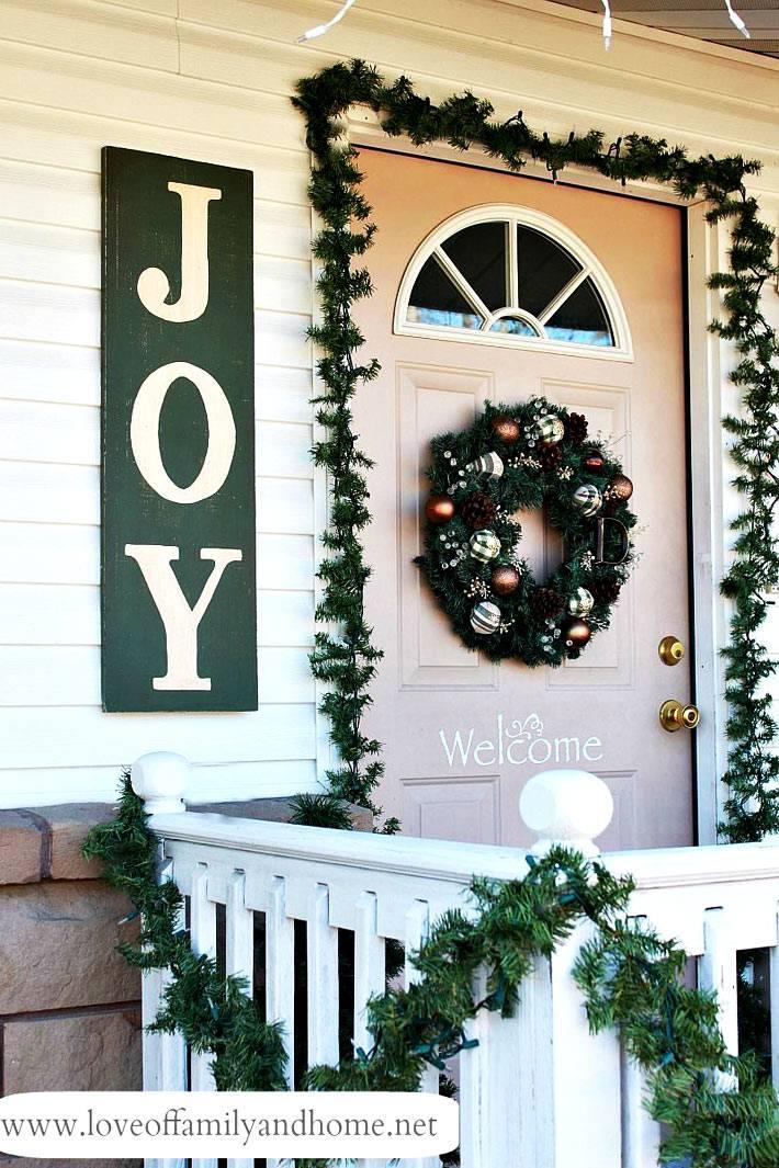 электрические гирляндыи надписи как новогоднее украшение фасада дома