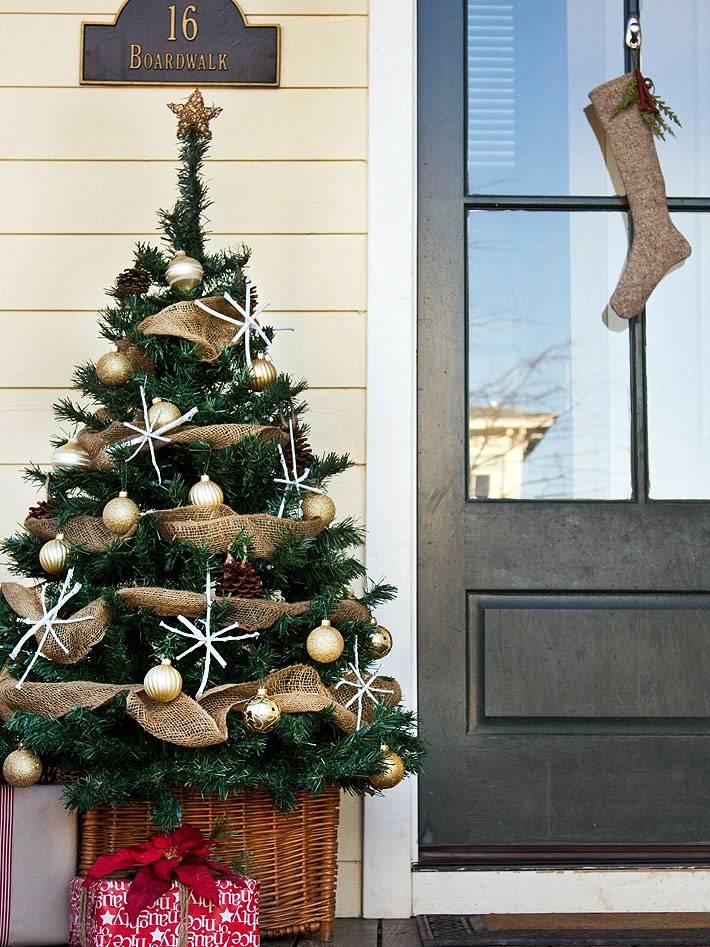 новогодние украшения из мешковины на елке и дверях