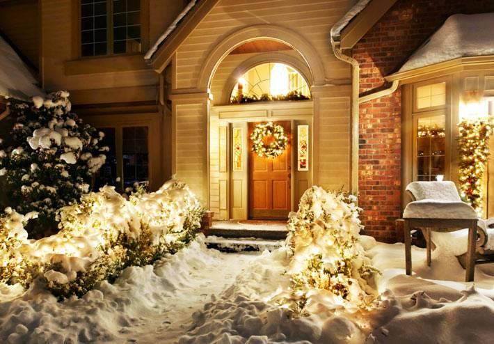 новогодняя романтика в вечернее время с елочными гирляндами и снегом