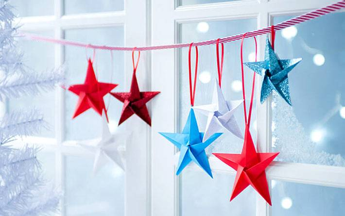 разноцветные бумажные звезды в виде новогодней гирлянды