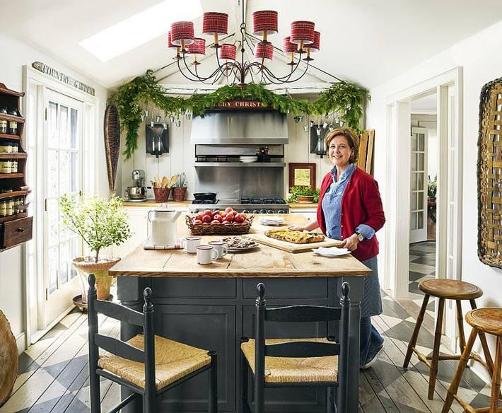 уютная кухня, украшенная хвойной гирляндой к новому году