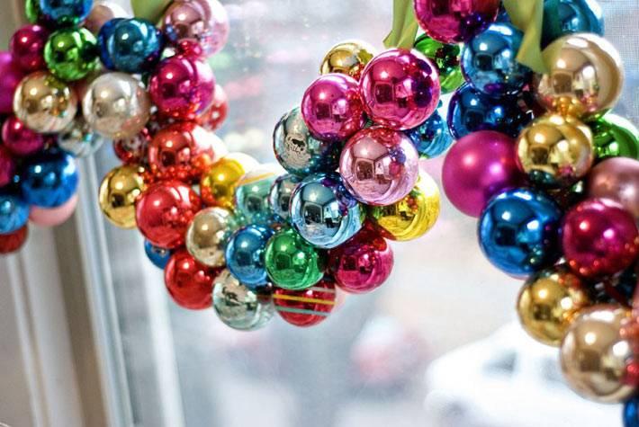 самодельная гирлянда из разноцветных ёлочных шаров