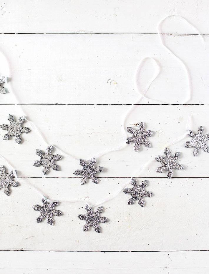красивые серебристые звёзды на белой верёвке - самодельная гирлянда