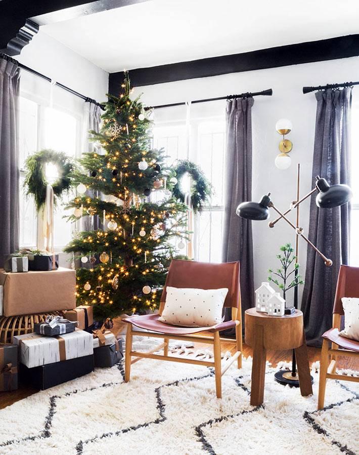 гостиная в эко-стиле с украшенной новогодней ёлкой