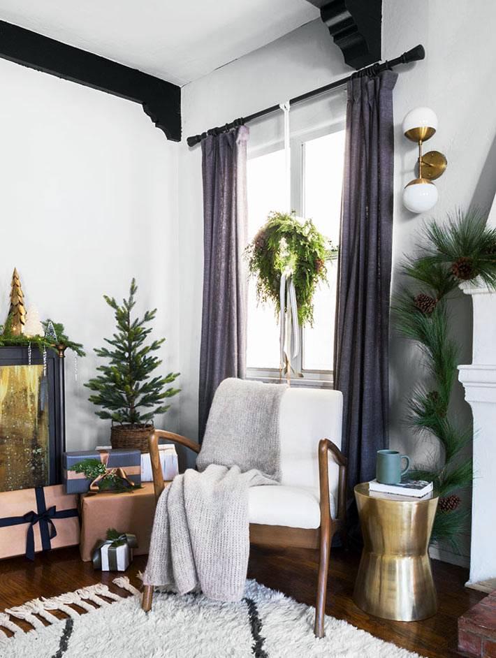 рождественский венок висит на окне в комнате