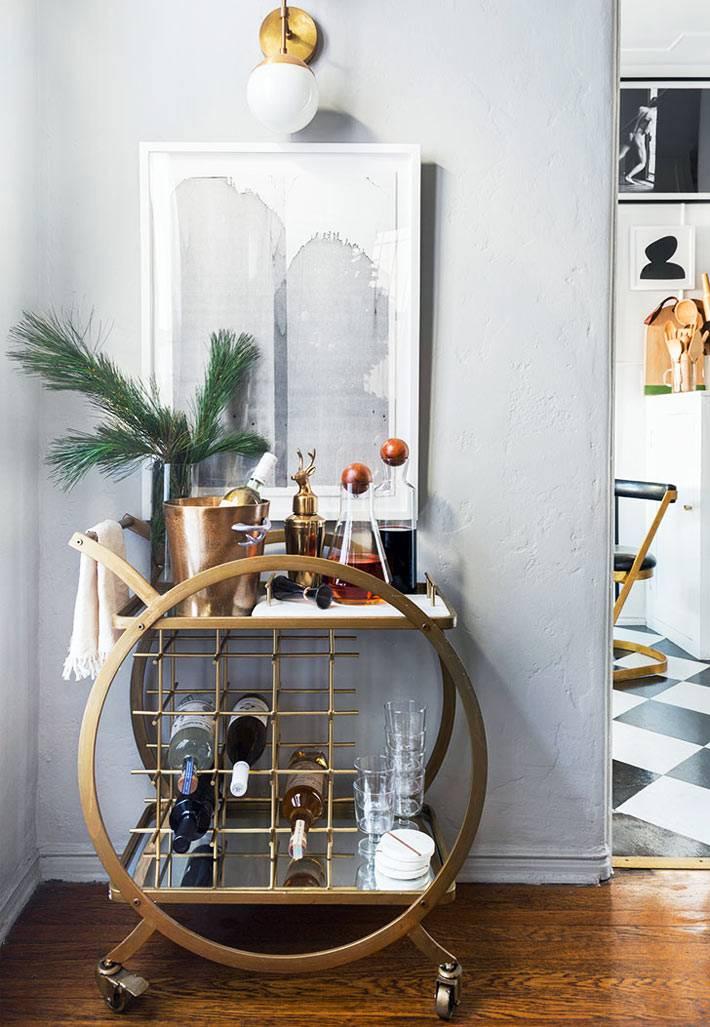 круглый столик мини-бар на колесах золотистого цвета