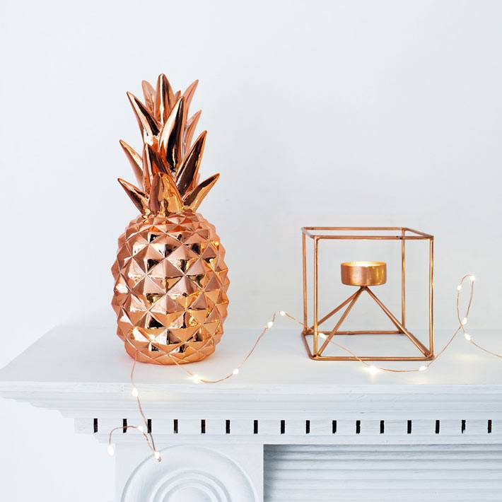 красивые аксессуары из розового золота в интерьере дома