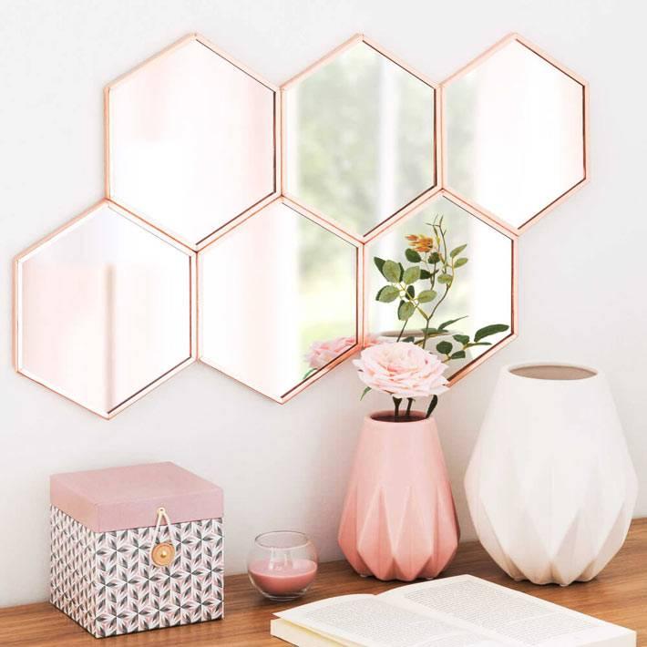 зеркальный кластер с рамой цвета розового золота в девичьей комнате