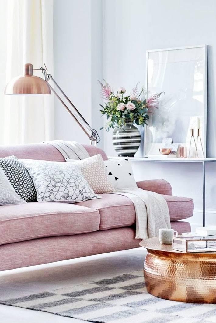 розовый диван для гостиной и круглый медный кофейный столик
