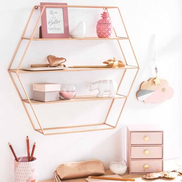 каркасная полочка из розового золота над рабочим столом девочки