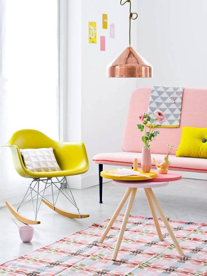 кукольная разноцветная мебель пастельных тонов для гостиной