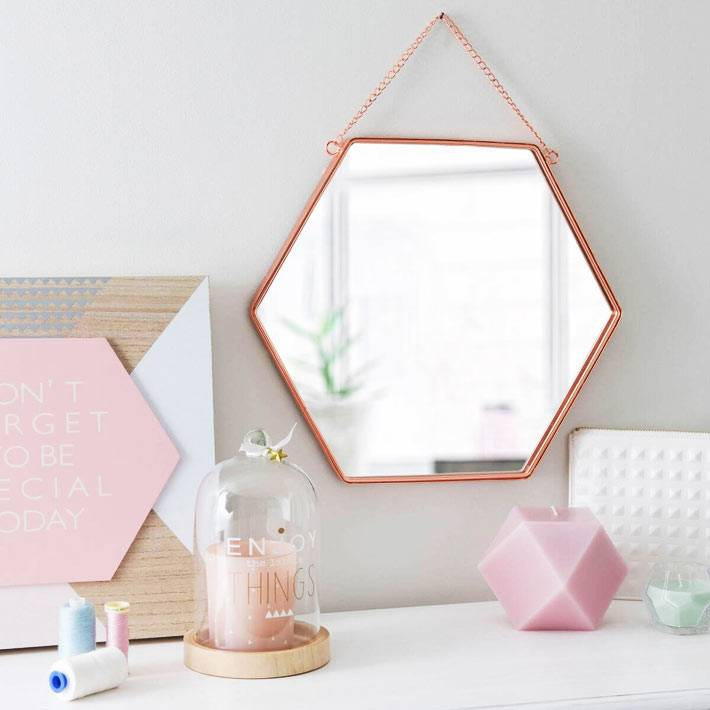 шестиугольное зеркало на цепочке в медной оправе