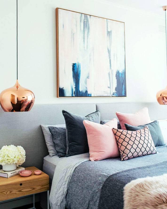 подвесные светильники над прикроватными тумбочками в спальне