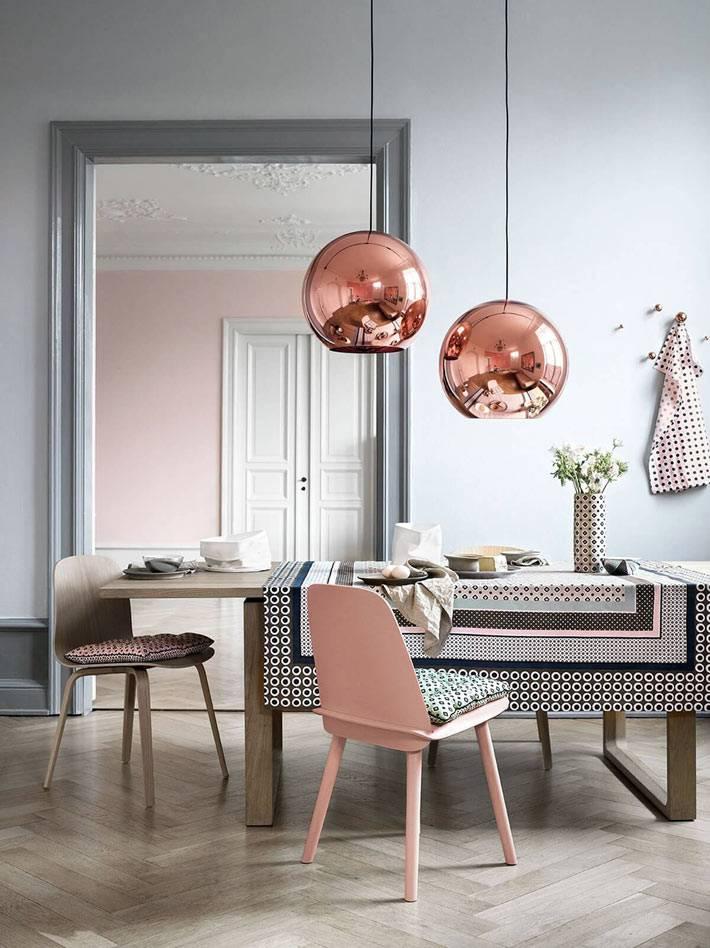 медные плафоны-шары на проволоках над обеденным столом в доме
