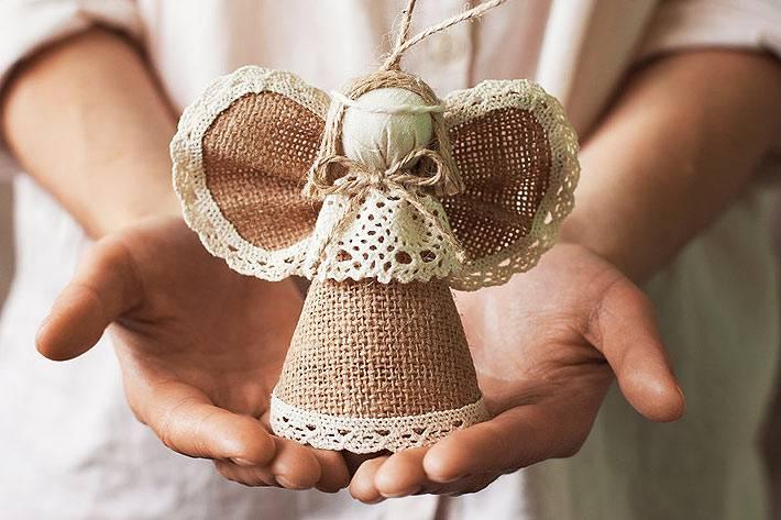 игрушка ангел, сделанная из мешковины и кружева
