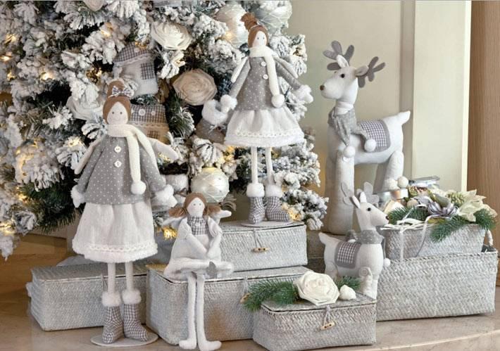 куклы и фигурки из ткани под новогодней ёлкой в доме фото