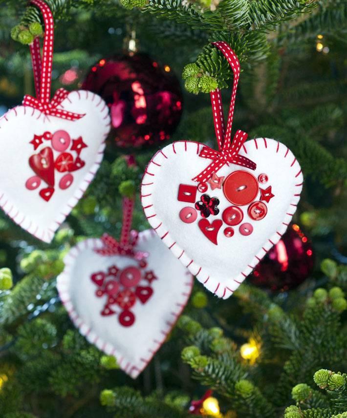 белые сердечки из фетра на красной ленте на новогодней ёлке