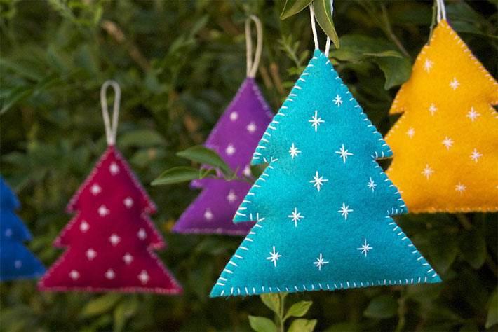 маленькие разноцветные ёлочки из фетра украшают дом на новый год