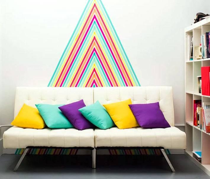 разноцветная липкая лента для создания узоров на стене дома