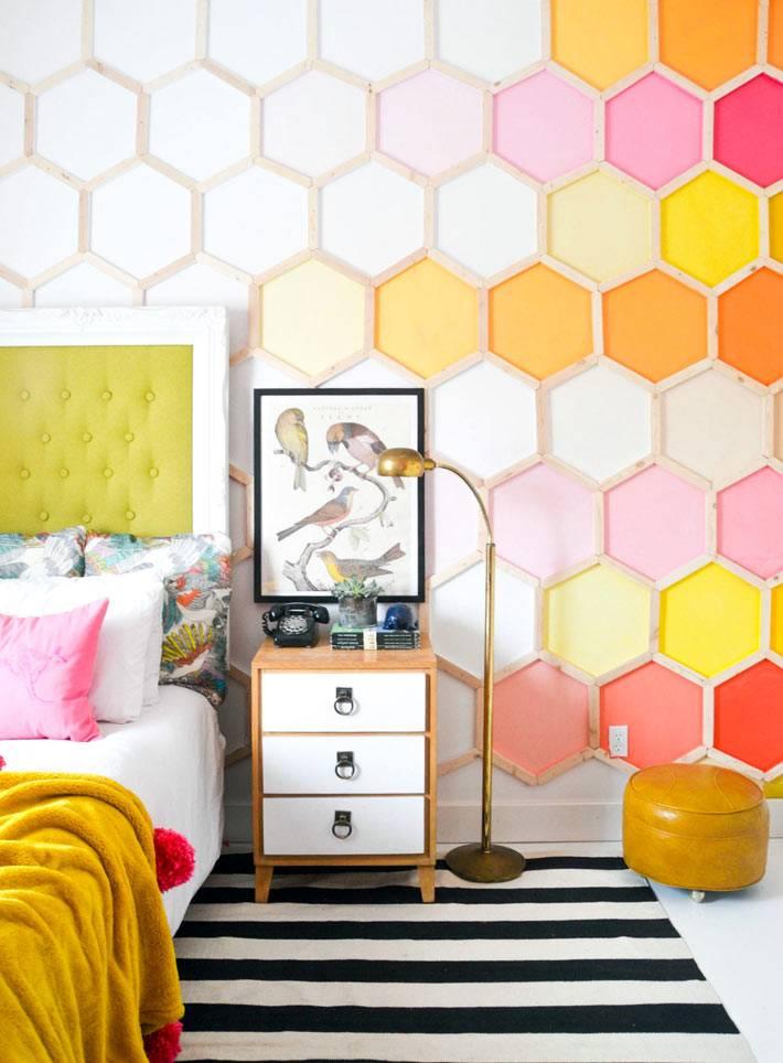 самодельные разноцветные соты украшают стену спальни