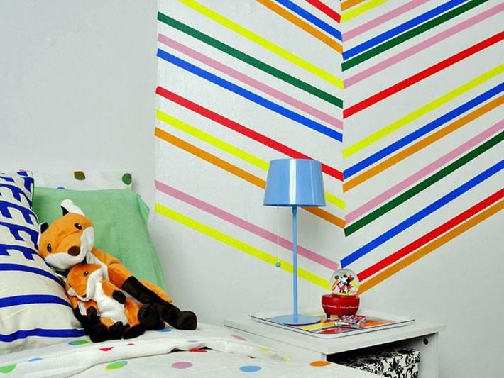 яркие полосы создают красивый настенный узор детской