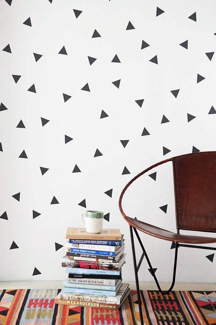 узор на стене - хаотичные черные треугольники на белом фоне
