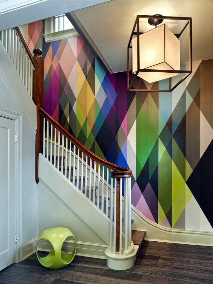 жизнерадостный разноцветный рисунок в простом интерьере дома