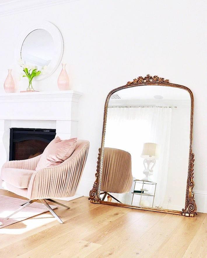 напольное зеркало в золотистой винтажной раме фото