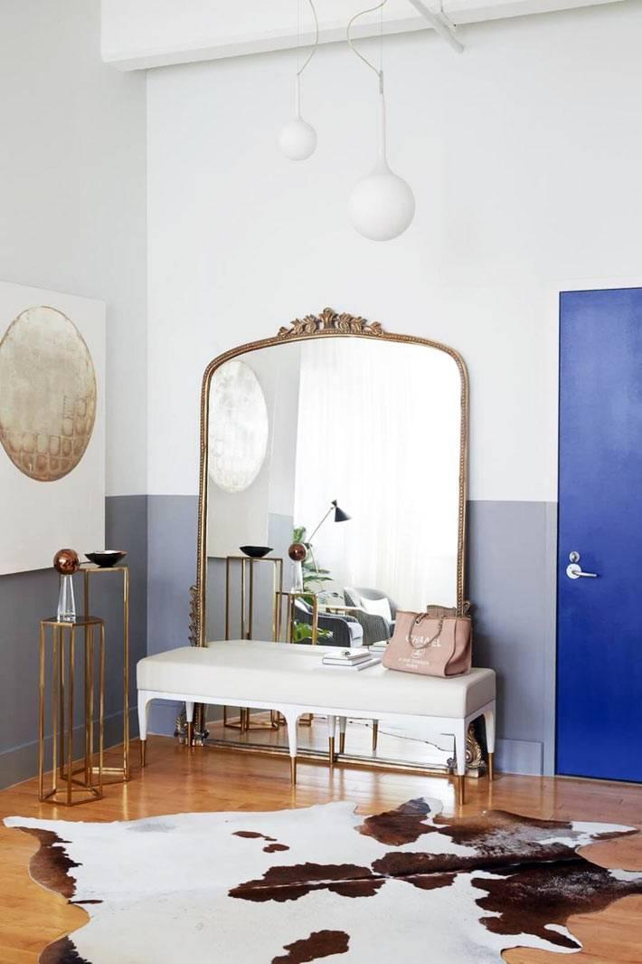 огромное напольное зеркало в красивой раме в прихожей дома