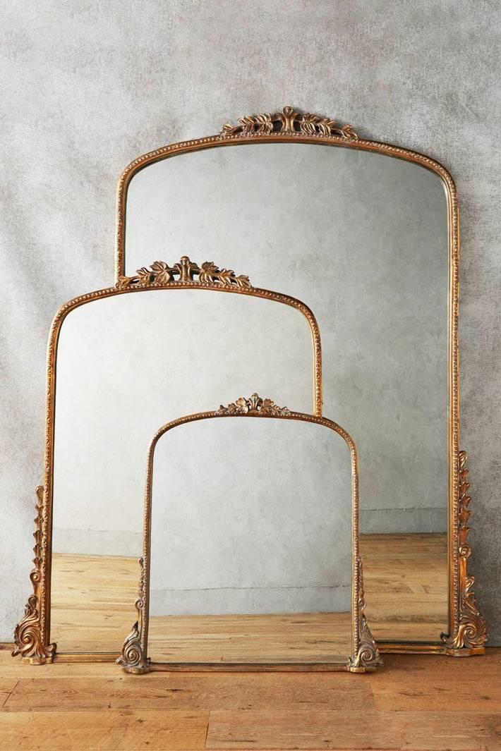 Красивое зеркало в золотой винтажной раме в современном интерьере