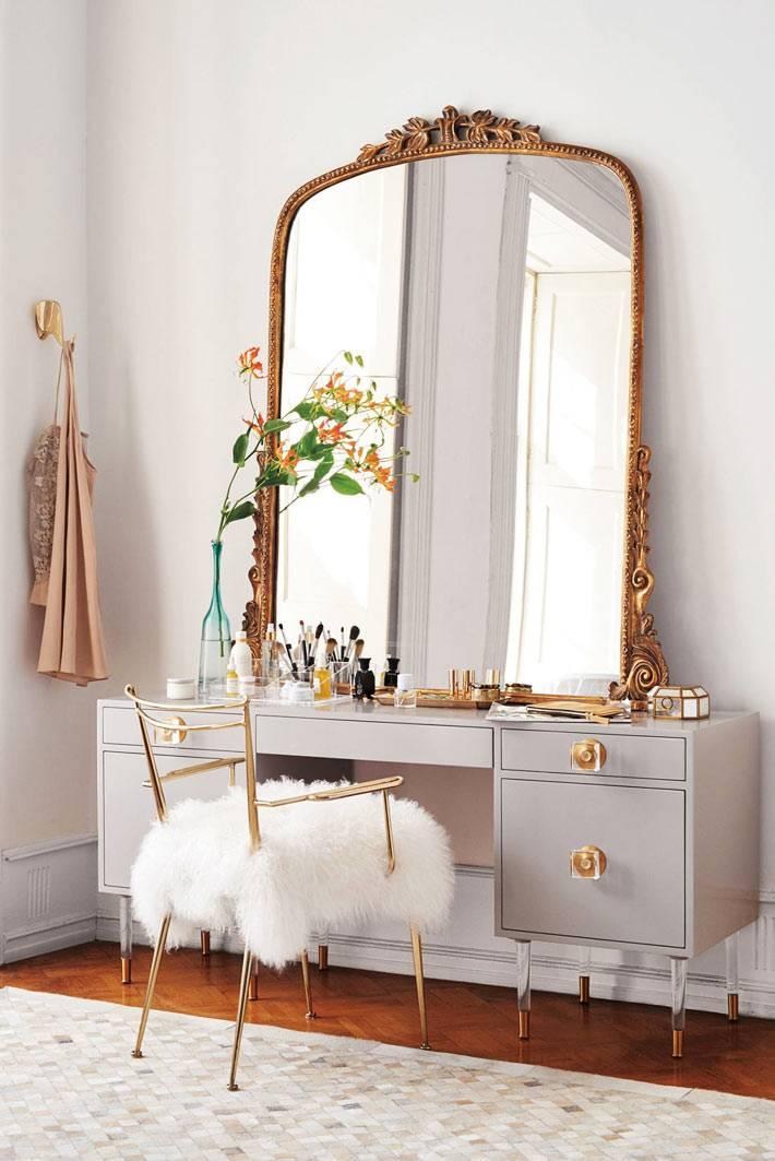женский косметический столик с большим зеркалом в раме
