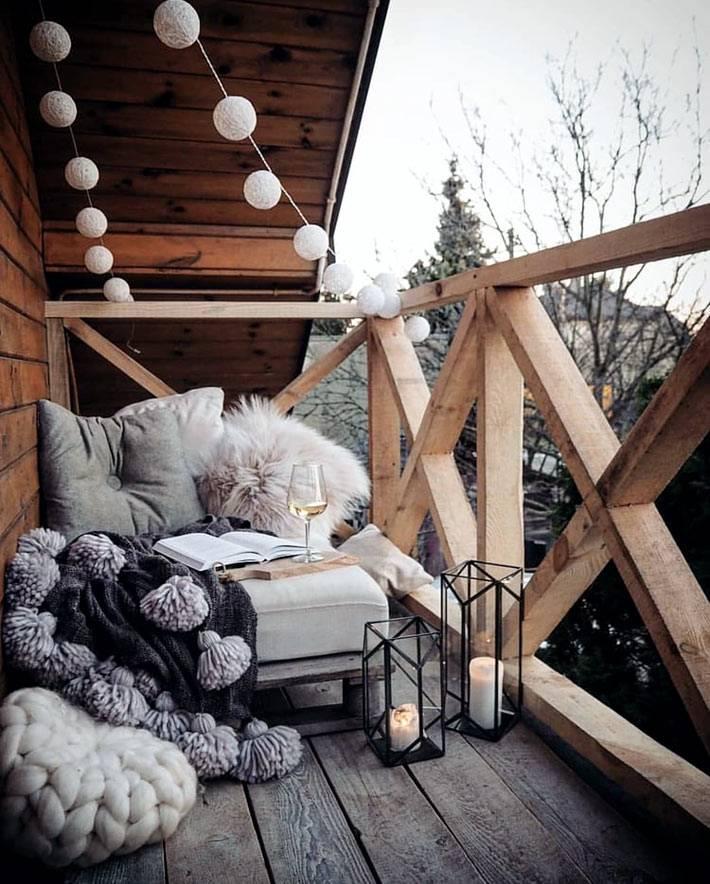 гирлянды и свечи как украшение для балкона в холодное время года
